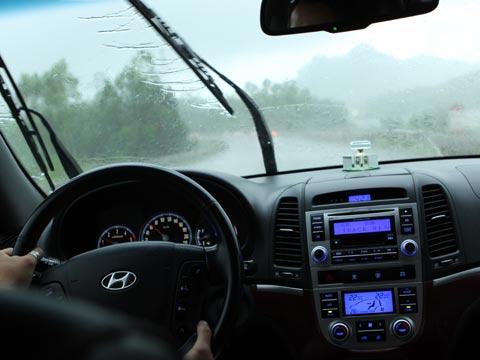 Mẹo giúp hết mờ kính khi đi xe trời mưa
