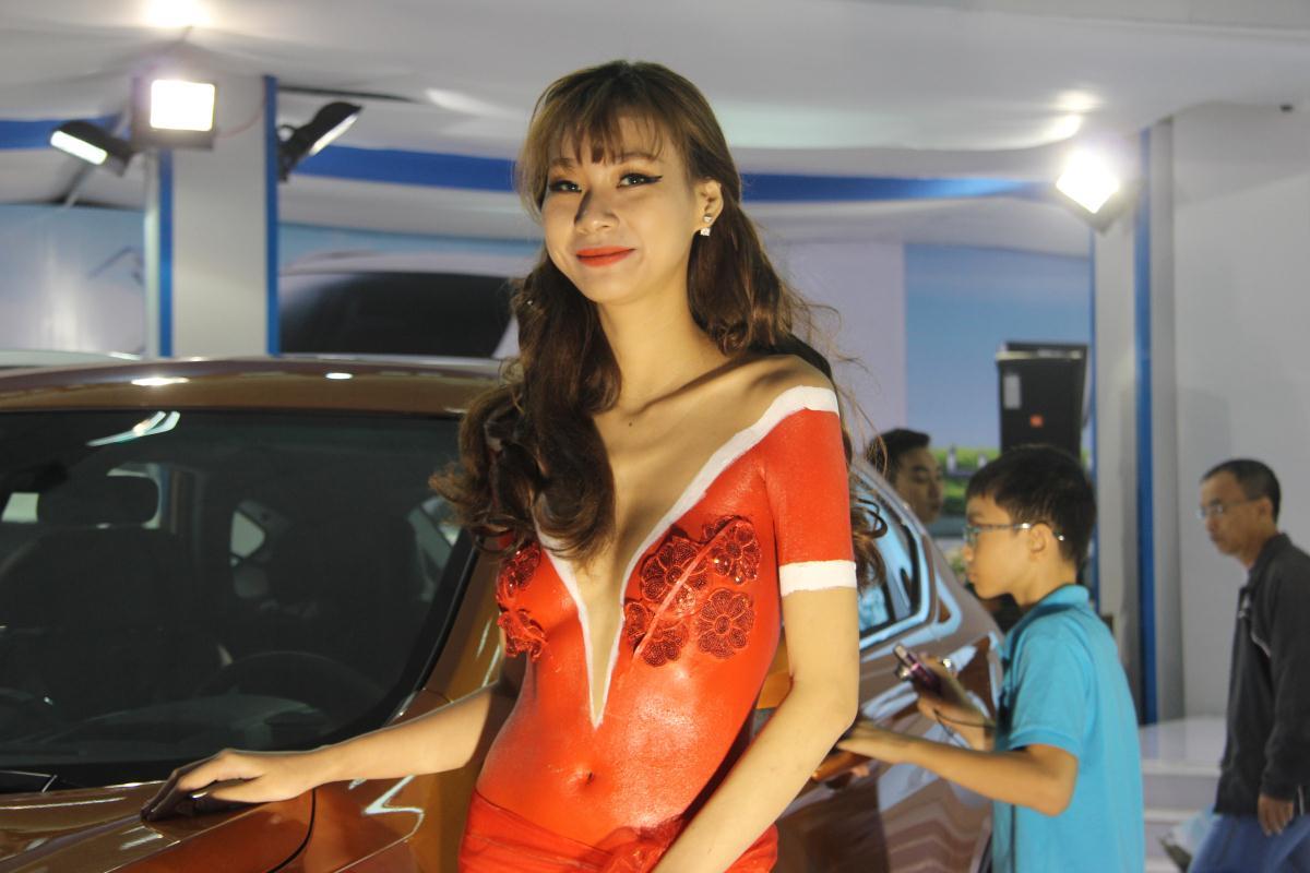 Người mẫu Việt khoe sắc tại Vietnam Motor Show 2015 67